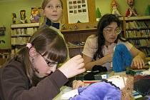 Děti v knihovně ušily 12 panenek pro Unicef.