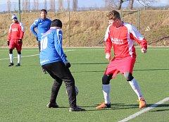 V přípravném duelu porazili fotbalisté Roudnice (v modrém) vysoko Libochovice.