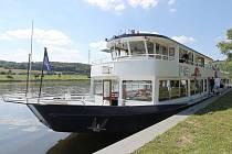 SEZONA VÝLETNÍCH PLAVEB KONČÍ. O prázdninách řeku Labe brázdila loď Porta Bohemica denně, v září už se na plavby vydává jen o víkendu. Lidé ji v sobotu 26. 9. mohou využít například cestou na Žernosecké vinobraní. Kotví přímo ve Velkých Žernosekách.