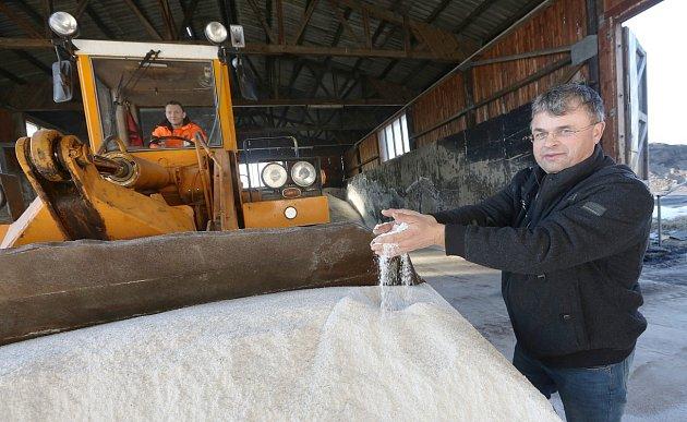 Přestože letošní zima byla tužší než ty předchozí, mají silničáři ve svých skladech stále dostatek posypové soli. Potvrzuje to ivedoucí litoměřické správy a údržby silnic Vlastimil Filous (na snímku).