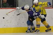 HOKEJISTÉ HC Roudnice (vpravo) podlehli v prvním utkání Slovanu Louny.