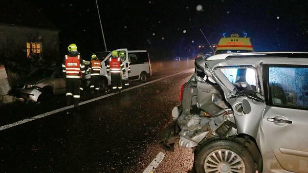 Řidič dodávky naboural v Podsedicích v úterý 20. listopadu večer do zaparkovaných aut.