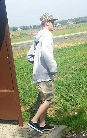 Mladík, který pomaloval autobusovou zastávku na křižovatce Vědomice - Kyškovice.