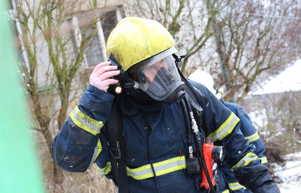 Požár opuštěného rodinného domu v Litochovicích způsobila zapálená svíčka v půdním prostoru.