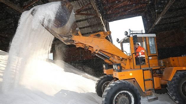 Přestože letošní zima byla tužší než ty předchozí, mají silničáři ve svých skladech stále dostatek posypové soli.