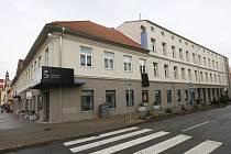 Černý prapor na Centru kultury Lovoš