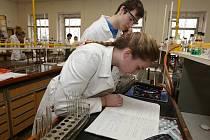 Zájemci o chemické obory se mohli při dnu otevřených dveří podívat na praktickou přípravu žáků v laboratoři.