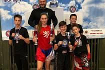Lovosičtí kickboxeři na Národním poháru v Chocni. Uprostřed v červeném trojnásobná vítězka Lenka Masopustová.