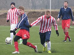 DALŠÍ přípravu odehráli fotbalisté Štětí proti SK Slaný (v pruhovaném), který porazili 2:0.