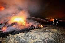 Další zřejmě úmyslně zapálený stoh slámy vzplál v neděli kolem půl osmé večer v obci Želechovice na Lovosicku.