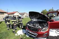 Požár poškodil auto v Podsedicích
