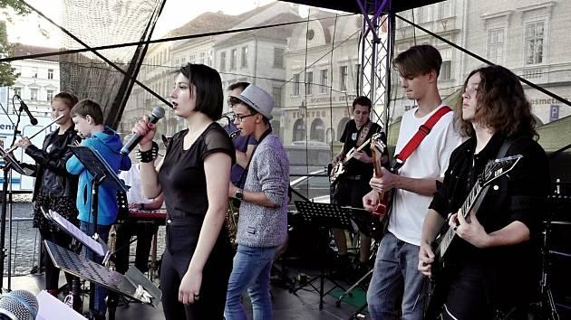 Schizzo Band na ZUŠ Day to pěkně rozjel a diváky pobavil.