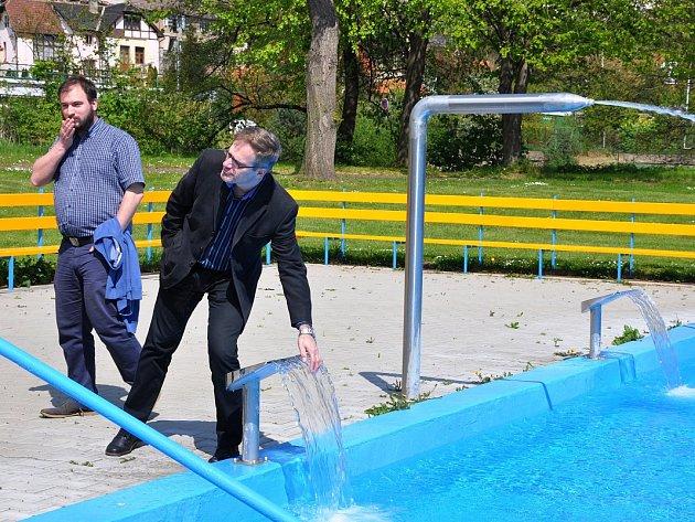 Tajemník městského úřadu Milan Čigáš u bazénu, kde bude nyní voda teplejší