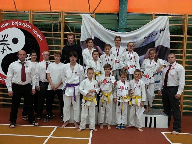 DVACÍTKA závodníků Karatedó Steklý se představila při druhém kole Národního poháru karate JKA (Japan Karate Association) žáků a juniorů v Praze.