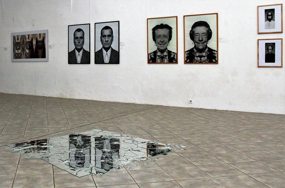 Po téměř pěti měsících mohou lidé opět zavítat do galerií a muzeí. V úterý 11. května své brány otevřelo i Podřipské muzeum a také Galerie moderního umění v Roudnici nad Labem.