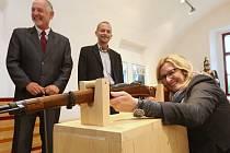 Ministryně Karla Šlechtová si se zájmem prohlédla expozice nedávno otevřeného Muzea Terezín v Retranschementu 5.