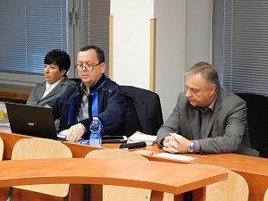 Před soudem se zodpovídají také bývalý starosta Úštěku Bohumír Jasanský (vpravo) a místostarostka Marie Trnková. Dalšími obžalovanými jsou Vlastimil Houska a Jaroslav Černý.