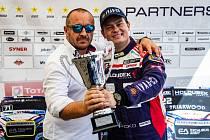Zakladatel Buggyry Martin Koloc (vlevo) a pilot Adam Lacko s tisícím pohárem.