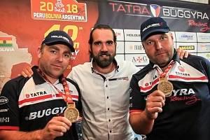 Manažer Buggyry Jan Kalivoda (uprostřed) s piloty Martinem Kolomým (vpravo ) a Martinem Šoltysem.