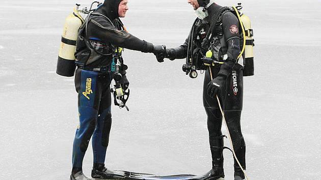 Tradiční novoroční potápění.