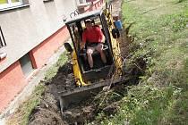 PRÁCE BYLY ZAHÁJENY. V uplynulých dnech začali pracovníci specializované společnosti s odkrýváním vedení teplovodu sídliště Na Urbance, který projde kompletní rekonstrukcí.