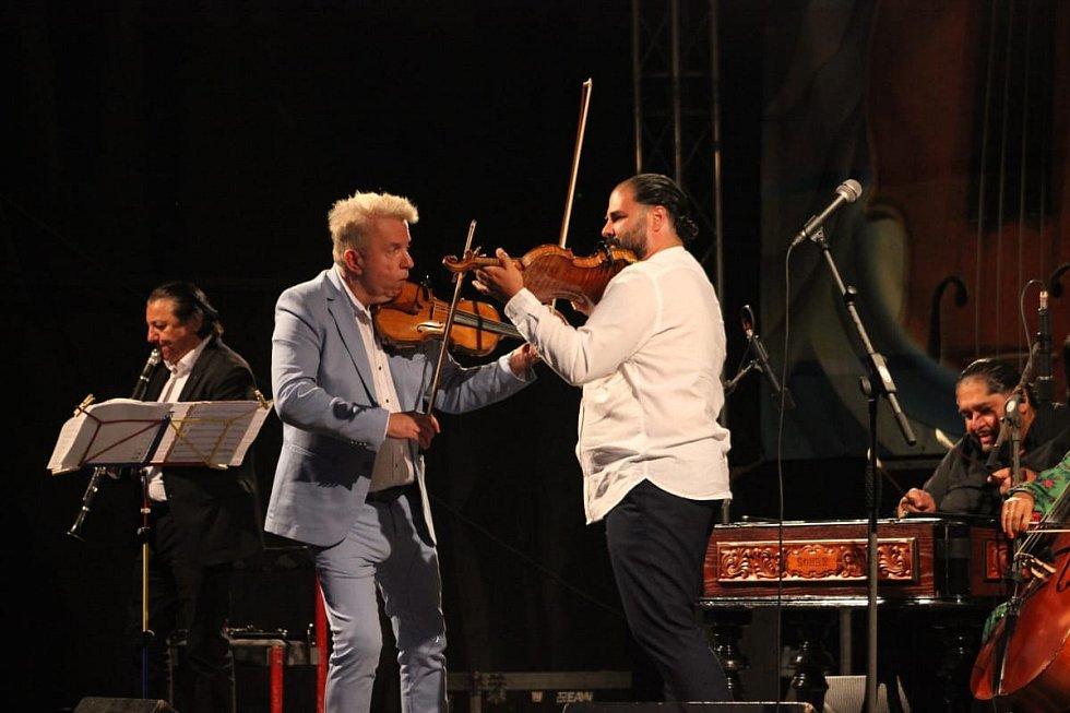 Houslový virtuos Jaroslav Svěcený při vystoupení s orchestrem Cigánski Diabli