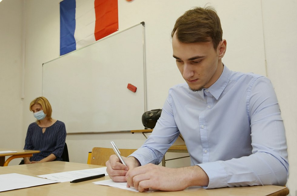 Tomáš Tocauer z lovosického gymnázia skládal v úterý písemnou maturitní zkoušku. Na zdárný průběh dohlížela Petra Dušánková
