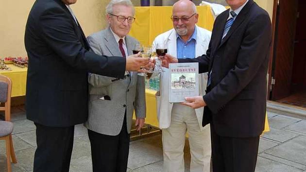 Knihu slavnostně uvedli (zprava) Přemysl Sobotka, ředitel Památníku Jan Munk, Pavel Oliva a vydavatel Libor Hasala.