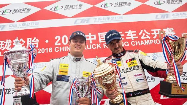 Roudnický pilot David Vršecký (vpravo) loni dobyl Čínu, letos vyrazí na závody do exotické Indie.
