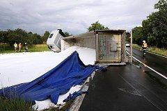 V pondělí 18. 7. po půl šesté odpoledne havaroval mezi obcí Libčeves a Želkovice na silnici 1/15 kamion naložený močovinou.