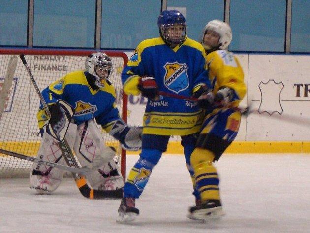 PRVNÍ ROK. Roudnické hokejistky (v modrém) nastupují letos poprvé v nejvyšší soutěži. Získávají zkušenosti, které se jim v dalších sezonách budou zcela určitě hodit.