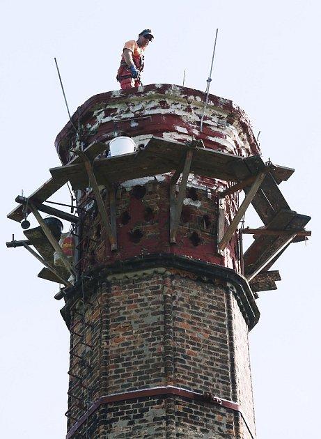 DO SPRÁVY PAMÁTNÍKU patří ikomín bývalé vápenky a později krematoria nacistického koncentračního tábora Litoměřice. Každých deset let prochází revizí a opravami. Řemeslníci na něm nyní provádějí vyspárování zdiva a nátěr kovových konstrukcí.
