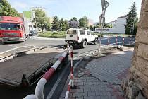 Cílem přestavby křižovatky na Vojtěšském náměstí mělo být její rozšíření. Pro řidiče je ale dál špatně průjezdná.