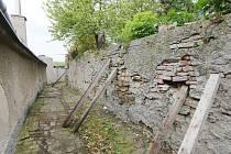 TUDY OPATRNĚ. Pád zdi by mohl způsobit neštěstí.