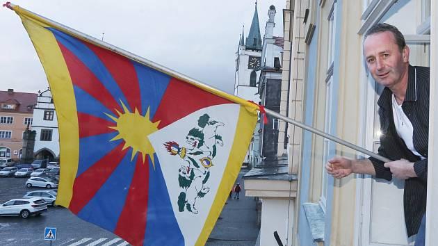 Pracovník městského úřadu Pavel Řídel vyvěsil tibetskou vlajku na budovu litoměřické radnice.