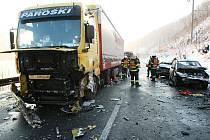 V úterý 9.3. ráno došlo v Malých Žernosekách u Lovosic ke smrtelné dopravdní nehodě. Srazil se kamion a tři osobní automobily.