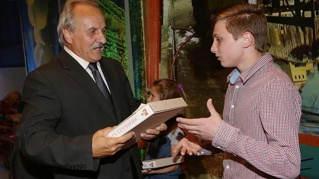 Ocenění žákům předával starosta Litoměřic Ladislav Chlupáč.