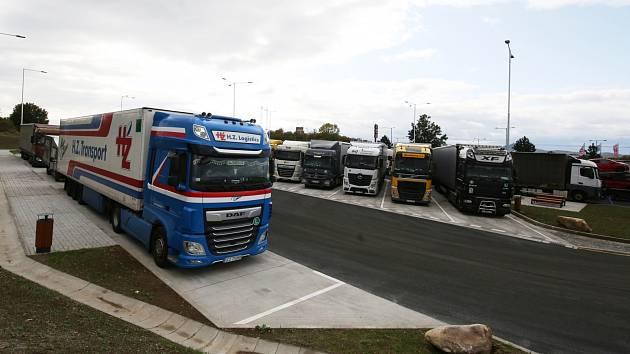 Na dálnici D8 u Lovosic vybudovalo ŘSD nové odstavné parkoviště pro kamiony