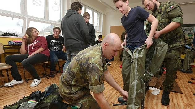Vojáci na Základní škole Antonína Baráka v Lovosicích