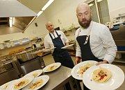 Budoucí kuchaři pod vedením učitele a profesionálního kuchaře Ladislava Pertla a jeho kolegy z Prahy Martina Polačka vařili mexickou kuchyni.