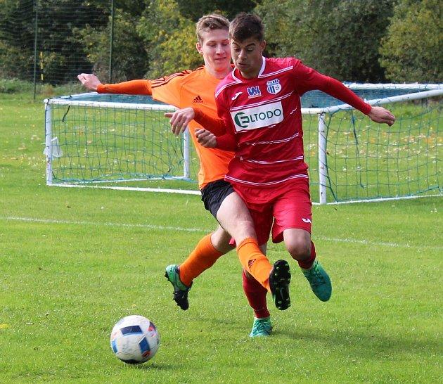 Dorostenci SK Roudnice U19 (v oranžovém) v domácím duelu s FK Ústí B.