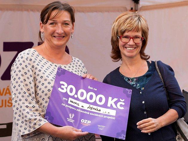 Zuzana Legnerová (vlevo) z litoměřického hospicu převzala šek na 30 tisíc korun.