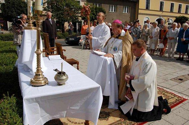 Slavnost žehnání Mariánského sloupu vedl litoměřický biskup Pavel Posád, v popředí poklekl Tomasz Dziedzic.