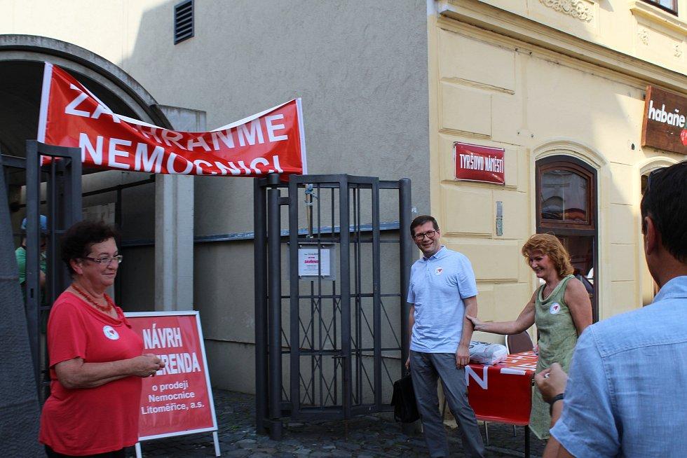 Lidé z výboru proti prodeji nemocnice měli mítink se sympatizanty.