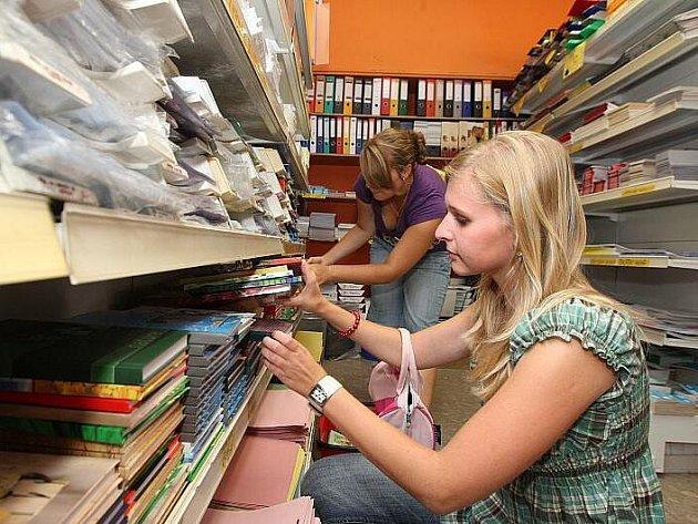 Papírnictví v těchto dnech zaplavili dospělí i děti toužící po nákupu školních pomůcek.