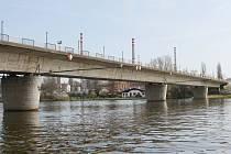 Most ve Štětí prochází opravou.