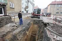 Propadlá část silnice v ulici U Nadjezdu v Lovosicích.