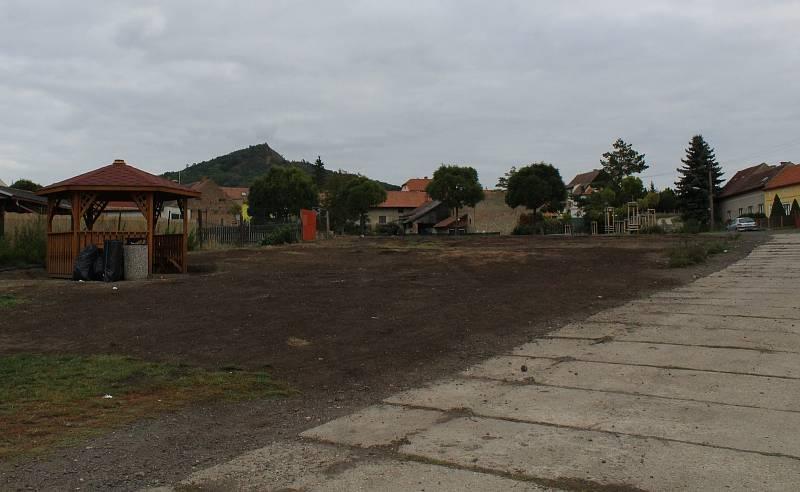 Nový povrch má dostat také místní komunikace vedoucí okolo požární nádrže. Lokalitu pak ještě čekají další úpravy.