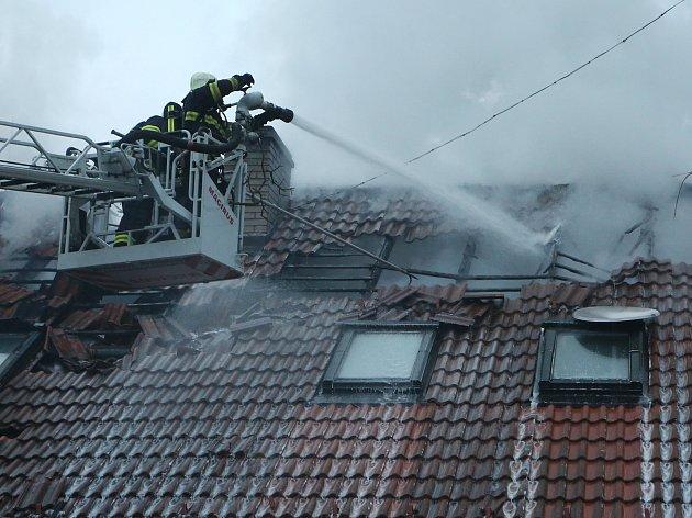 V Bílém Kameni vyhořel rodinný dům s garáží. Nikomu se nic nestalo