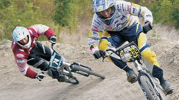 PRVNÍ. Vítězný jezdec kategorie elite Petr Mühlhans (č. 339) z Mariánských Lázní.